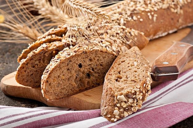Tranches de pain bio le plus fin décorées de céréales naturelles