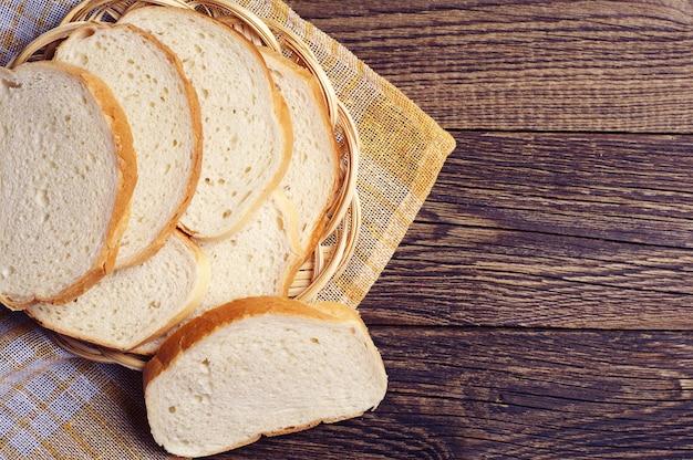 Tranches de pain blanc en plaque sur table en bois vintage
