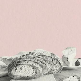 Tranches de pain de blé sur fond rose
