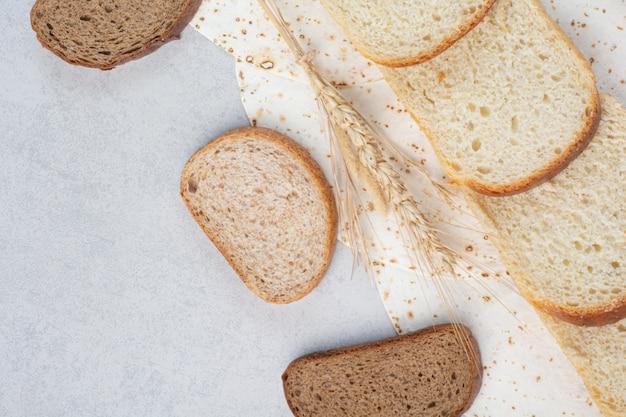 Tranches de pain de blé et de seigle avec lavash sur fond de marbre. photo de haute qualité