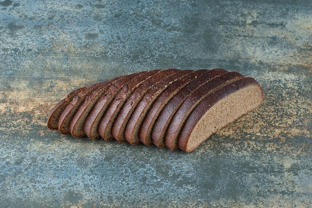 Tranches de pain brun sur fond de marbre
