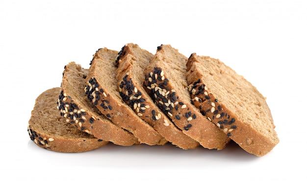 Tranches de pain brun maison isolé