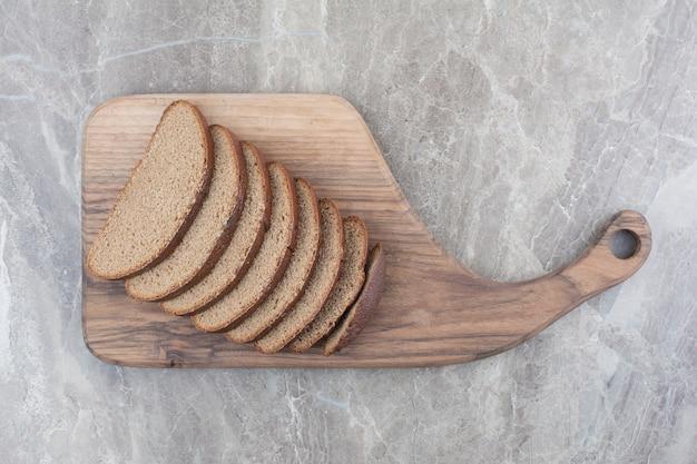 Tranches de pain brun sur une surface en marbre