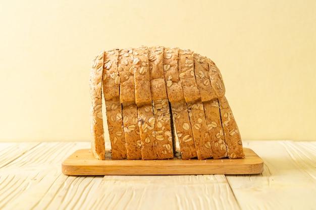 Tranches de pain complet sur une table en bois