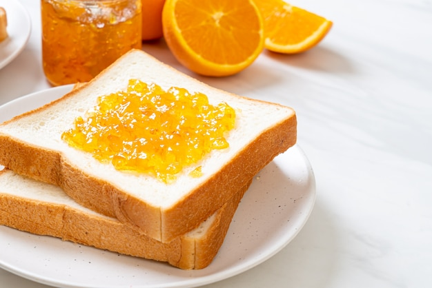 Tranches de pain avec de la confiture d'orange