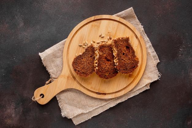 Tranches de pain cuit au four sur une planche de bois