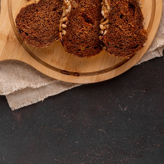 Tranches de pain sur un fond en bois avec un chiffon