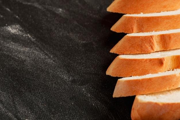 Tranches de pain frais alignées