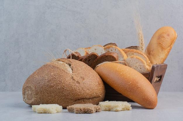 Tranches de pain frais sur fond de marbre.