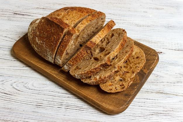 Tranches de pain français sur une planche de bois. bois blanc