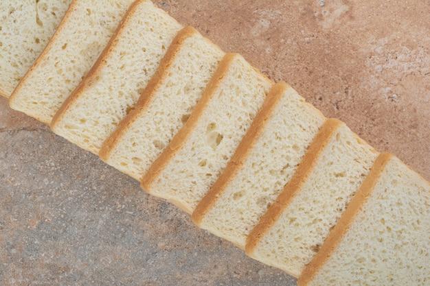 Tranches de pain grillé blanc sur fond de marbre