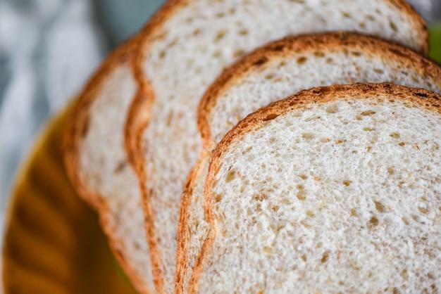 Tranches de pain gros plan vue de dessus - pain de blé entier coupé