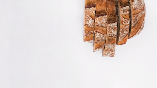 Tranches de pain isolé sur fond blanc