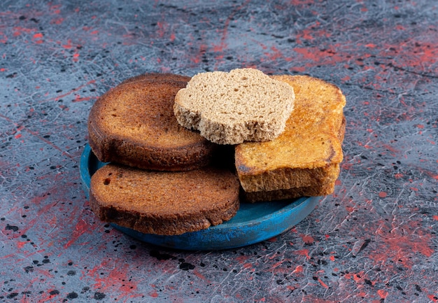 Tranches de pain isolées dans un plateau bleu.
