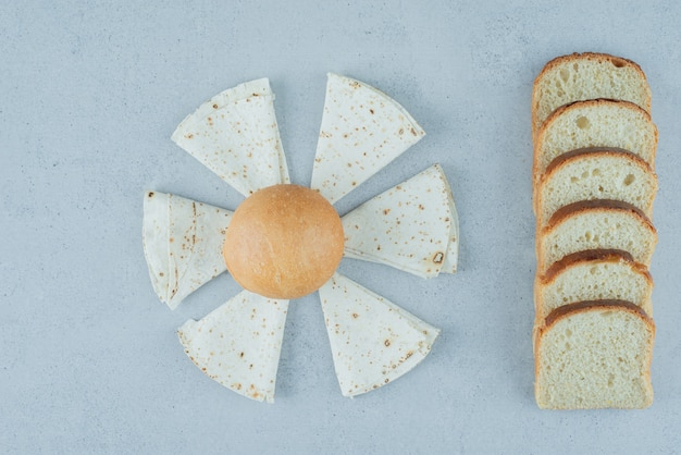 Tranches de pain, de lavash et de pain sur la surface de la pierre