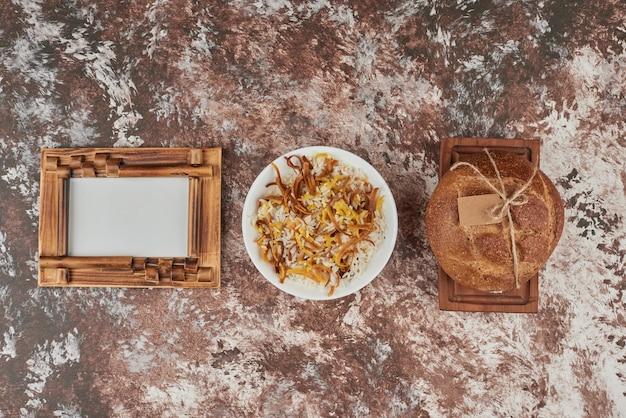 Tranches de pain sur marbre avec garniture de riz.
