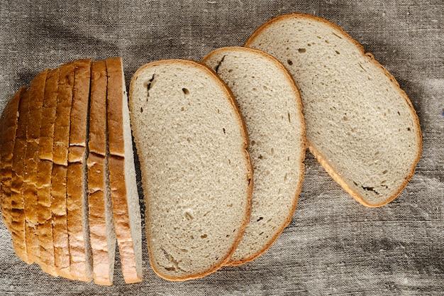Des tranches de pain sur un morceau de tissu