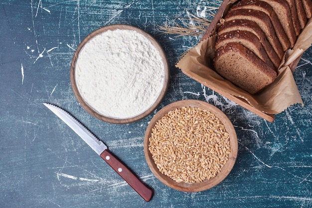 Tranches de pain noir avec blé mélangé.