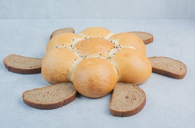 Tranches de pain et de pain en forme de fleur sur fond blanc. photo de haute qualité