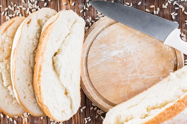 Tranches de pain et planche à découper avec couteau