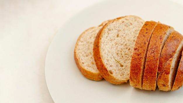 Tranches de pain sur une plaque blanche