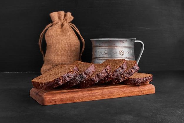 Tranches de pain sur un plateau en bois.