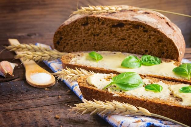 Tranches de pain de seigle au beurre et aux herbes