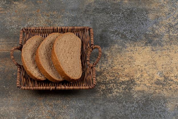 Tranches de pain de seigle dans un panier en bois
