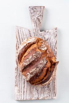 Tranches de pain de seigle sur une planche à découper, gros plan