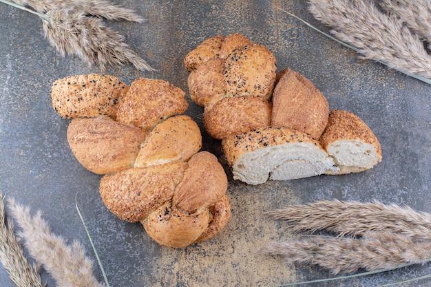 Tranches de pain de strucia et paquet de tiges de blé sur la surface en marbre
