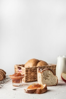 Tranches de pain sucré avec de la confiture