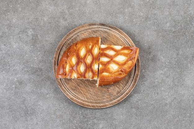 Tranches de pain sucré sur une planche, sur le marbre.