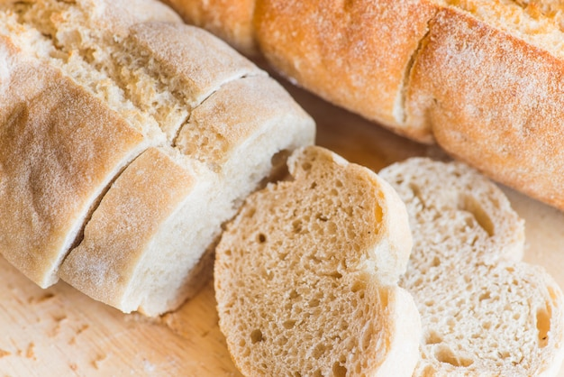 Tranches de pain sur une table en bois se bouchent
