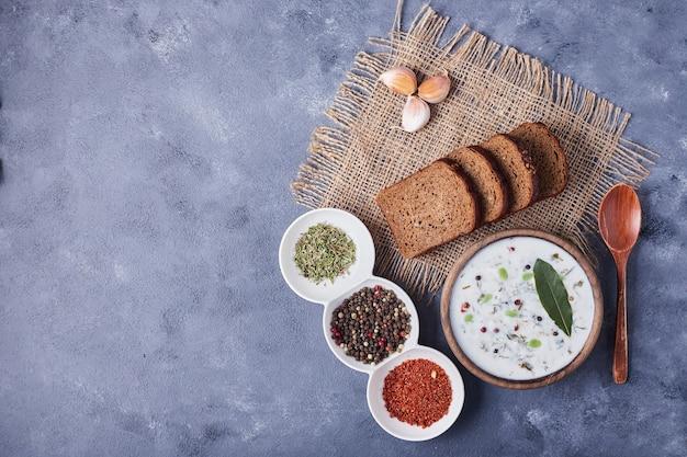Tranches de pain avec une tasse de soupe au yogourt et d'épices.