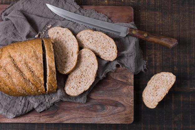 Tranches de pain sur tissu et couteau
