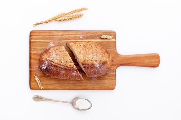 Tranches de pain sur la vue de dessus de planche de bois