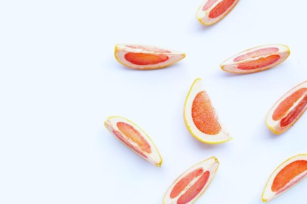 Tranches de pamplemousse juteuses riches en vitamine c.