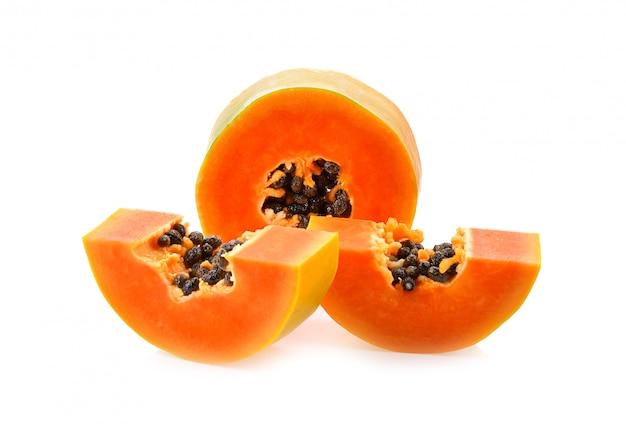 Tranches de papaye sur fond blanc