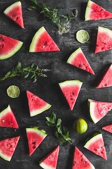 Tranches de pastèque à la menthe et citron vert sur fond blanc. nourriture fraîche. des fruits