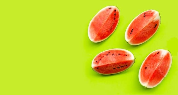 Tranches de pastèque sur une surface verte
