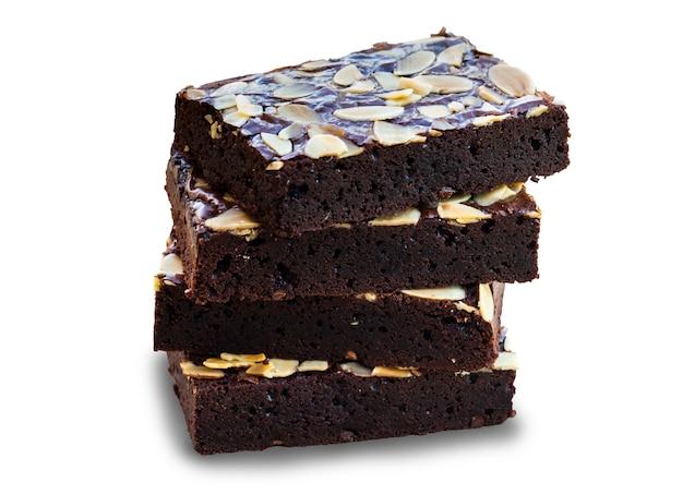 Tranches de pentecôte des brownies au chocolat noir garnis de tranches d'amandes.