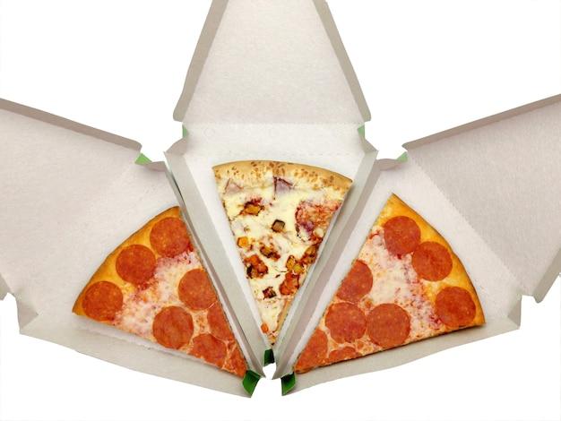 Tranches de pizza dans un emballage triangulaire