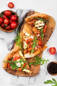Tranches de pizza sur planche de bois