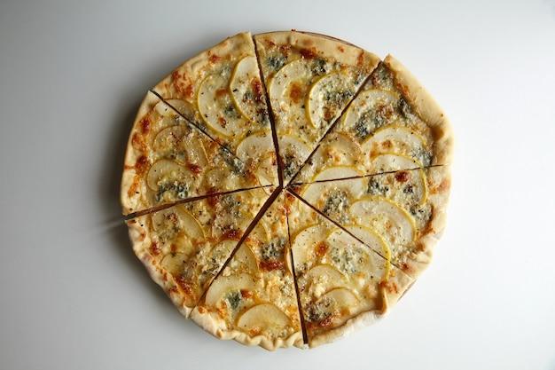 Tranches de pizza sur une planche à découper en bois sur un tableau blanc