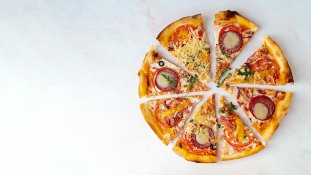 Tranches de pizza vue du dessus avec espace de copie