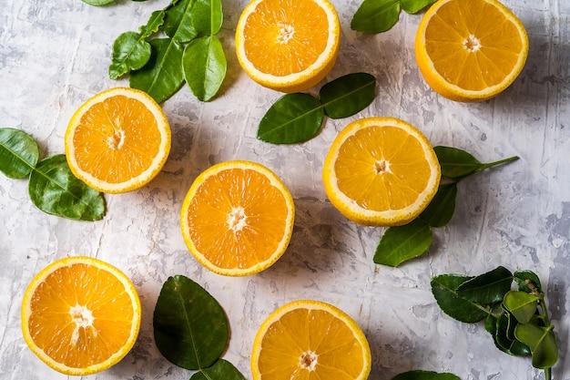 Tranches plates poser des fruits orange frais crus avec des feuilles.