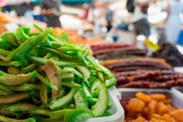 Tranches de pomelo de fruits confits sur fond de marché. écorce de fruits secs sucrés.