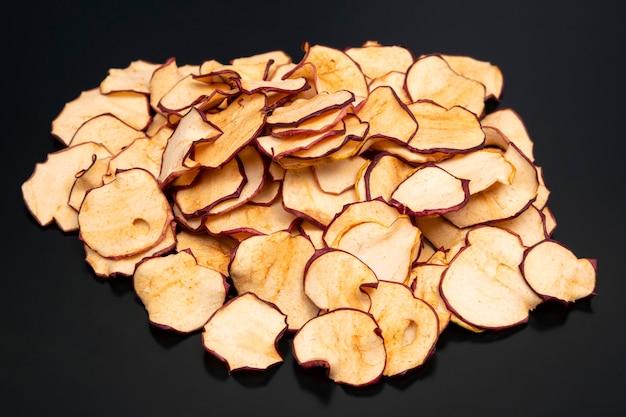 Tranches de pomme séchées sur noir