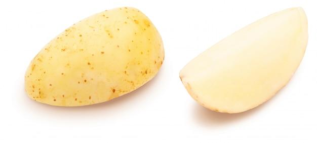 Tranches de pomme de terre sur fond blanc