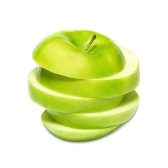 Tranches de pomme verte isolée sur fond blanc